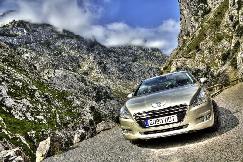 Peugeot 508 auf einer Bergstraße