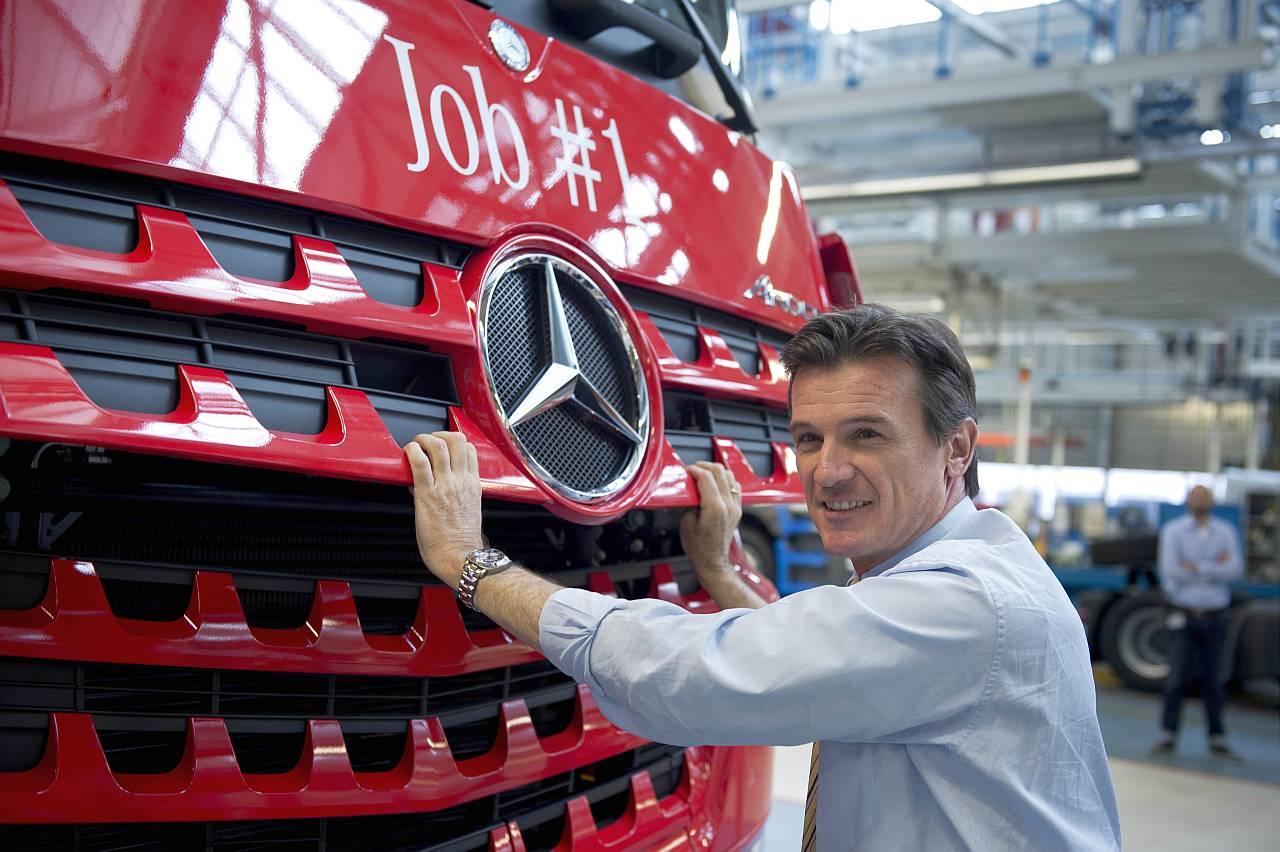 Foto: Daimlers Nutzfahrzeug-Chef Wolfgang Bernhard vor einem Lkw